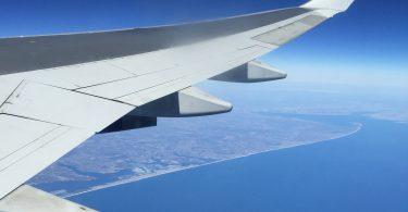 Fliegen mit Baby - Flügelbild in den Wolken